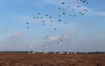 Parachutes landen op Houtdorperveld