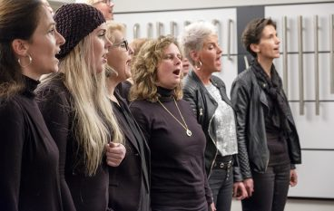 Succesvol kerstoptreden 'The Young Church Singers' bij Ten Hulscher bv